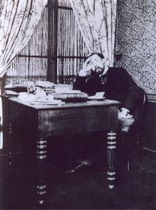 Alphonse Allais à son bureau parisien